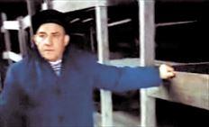 Ο Αρούχ επισκέφτηκε πενήντα χρόνια μετά την απελευθέρωσή του το Άουσβιτς,  προκειμένου να βοηθήσει τους συντελεστές της ταινίας που εξιστορεί τη ζωή του