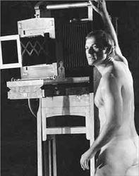 Ούτε ο γυμνός φωτογράφος (Γιάννης Κότσιφας) ούτε η ομοερωτική  σκηνή καθόρισαν, τελικά, την αισθαντική παράσταση «Το τερατώδες  αριστούργημα» του Δημήτρη Μαυρίκιου πάνω στην ποίηση του Γιάννη  Ρίτσου, η οποία ενθουσίασε τους 500 την Παρασκευή και 850 το  Σάββατο θεατές στη Μικρή Επίδαυρο