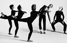 Ο Μερς Κάνιγχαμ (δεύτερος από δεξιά) στη χορογραφία του 1986  «Κουαρτέτο». Εκείνο που τον ενδιέφερε πρωταρχικά στις χορογραφίεςπου τη δεκαετία του ΄70 έγιναν άκρως αυτοσχεδιαστικές, εξ ου και  αποδοκιμάστηκε στο Ηρώδειο- ήταν η κίνηση και μόνον αυτή. Ούτε  σύμβολα ούτε συμβολισμοί ούτε συναισθηματικές αντιστοιχίες