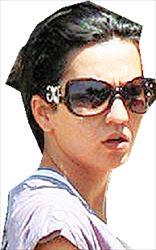 Μαρίνα Φανουράκη. Η  26χρονη από το Ηράκλειο, η  οποία κατηγορείται ότι έβαλε  φωτιά στον 23χρονο Βρετανό  Στιούαρτ Φέλθαμ, υδραυλικό από  το Σουίντον