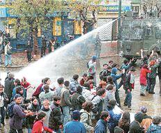 Οι αύρες με το «κανονάκι» νερού χρησιμοποιούνται από πολλές αστυνομίες  και θεωρούνται αποτελεσματικές στη διάλυση διαδηλώσεων