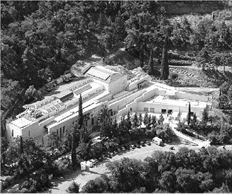 Στους Δελφούς, για το μουσείο και τον αρχαιολογικό χώρο υπήρχαν τρεις νυχτοφύλακες. Συνταξιοδοτήθηκε ο ένας, οπότε ο χώρος θα μείνει μόνο με δύο.  Στον δε σημαντικότατο χώρο της Αρχαίας Ολυμπίας, δεν υπήρχε ούτε  φυλάκιο ούτε επαρκής φωτισμός στο σημείο από το οποίο εκλάπη κιονόκρανο (αριστερά) το περασμένο Σάββατο