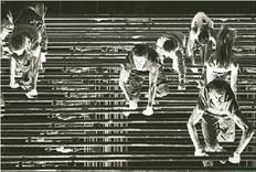 Είκοσι έξι ερμηνευτές χορεύουν με τα σταγκόνια,  πέφτουν στα τραμπουκέτα, γλιστρούν στους  κυλιόμενους διαδρόμους της ανακαινισμένης  κεντρικής σκηνής του Εθνικού Θεάτρου που άνοιξε  χθες με το «Πουθενά»