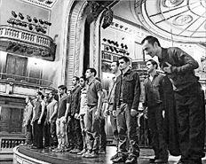 Ο Δημήτρης Παπαϊωάννου και οι συντελεστές της παράστασης «Πουθενά», υποκλίνονται στο κοινό στην επίσημη πρεμιέρα με την οποία έγιναν τα εγκαίνια της κεντρικής σκηνής του ανακαινισμένου Εθνικού Θεάτρου