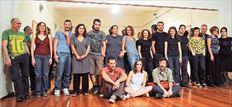Τα ιδρυτικά μέλη των πέντε θεατρικών γκρουπ «Κανιγκούντα», «Βlitz», «Χώρος», «1272», «Vasistas», που  έχουν ξεχωρίσει με τη δουλειά τους τα τελευταία χρόνια, ετοιμάζουν στο Group Ηostel του Εθνικού  Θεάτρου πέντε παραγωγές με την τεχνική του devised theatre (δημιουργία έργων- παραστάσεων κατά τη  διάρκεια των πρόβων)