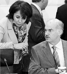Γ. Παπανδρέου. Η  ανακοίνωση από  τον Πρωθυπουργό  για τον ορισμό της  κ. Δαμανάκη έγινε  μετά τη λήξη της  έκτακτης Συνόδου  Κορυφής της  Ευρωπαϊκής  Ένωσης και αφού  είχε ενημερώσει τον  κ. Μπαρόζο, ο  οποίος εδώ και  καιρό είχε ζητήσει  από τον κ.  Παπανδρέου ο νέος  εκπρόσωπος της  Ελλάδας στην  Ευρωπαϊκή  Επιτροπή να είναι  γυναίκα