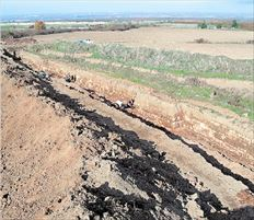 Οι επιχώσεις που αφαιρούνται γύρω από το τείχος της  Βεργίνας «δίνουν» σε ορισμένα σημεία (εντυπωσιακό)  βάθος 4,5 μ.