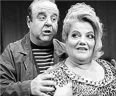 Η Ελένη Καστάνη και ο Παύλος Χαϊκάλης σε σκηνή από την  παράσταση «Σε στενό οικογενειακό κύκλο»