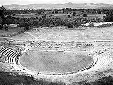 Είκοσι τέσσερις αιώνες μετά, το  αρχαίο θέατρο της Μεγαλόπολης  ελπίζει να σωθεί από τον κουμπαρά  που άνοιξαν ιδιώτες