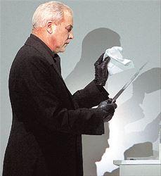 «Το έργο ενός καλλιτέχνη είναι ένα ενιαίο σώμα. Μπορείς  να το γυρίσεις ανάποδα, να το τρέξεις ή να το βάλεις σε  διαφορετική διάταξη. Πραγματικά δεν πειράζει» λέει ο  δημιουργός των νέων μορφών στο σύγχρονο θέατρο  Μπομπ Ουίλσον, που φέρνει στην Αθήνα την «Όπερα της  Πεντάρας» με το θρυλικό Βerliner Εnsemble