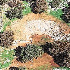 Από τα πιο γνωστά θέατρα του Νομού Αιτωλοακαρνανίας, για την πολύ καλή ακουστική του, είναι των Οινιάδων, χωρητικότητας 4.600 θεατών