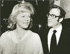 Ο θεατρικός  συγγραφέας  Χάρολντ Πίντερ  και η λαίδη  Αντόνια  Φρέιζερ,  μητέρα έξι  παιδιών,  πρωτοσυναντήθηκαν το 1975.  Το 1977 η  Φρέιζερ πήρε  διαζύγιο αλλά  η σύζυγος  του Πίντερ,  ηθοποιός  Βίβιεν  Μέρτσαντ,  του το έδωσε  το 1980