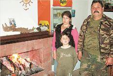 Ο 50χρονος   Μανώλης Μανουσέλης με  τη σύζυγό του  Αγγελική και  τον 7χρονο  γιο τους Σήφη είναι οι  μοναδικοί κάτοικοι του  Καλλικράτη  Σφακίων στα  Χανιά, του όμορφου, ορεινού και ιστορικού χωριού