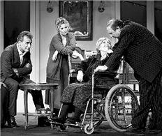 Από την παράσταση «Μάνα, μητέρα, μαμά» που παίζεται στο θέατρο  «Βεάκη» με τους Γιώργο Νινιό, Ελισάβετ Μουτάφη, Ντίνα Κώνστα,  Πάνο Σκουρολιάκο