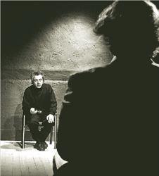 Ο Νίκος ΔιαμαντήςΠιερ Λαν, ο σύζυγος της  φόνισσας Κλερ,  ανακρίνεται από τον  Γεράσιμο Δεστούνη  (πλάτη) στο έργο της  Μαργκερίτ Ντιράς «L΄  Αmante Αnglaise» που  σκηνοθετεί ο πρώτος