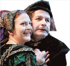 Ο Κώστας Σαντάς (Χριστόφορος  Κολόμβος) και η Πολυξένη Σπυροπούλου (βασίλισσα Ισαβέλλα)  στην παράσταση «Η Ισαβέλλα, τρεις  καραβέλες κι ένας παραμυθάς»