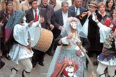 Η νύφη- Μπούλα  ανάμεσα στους  Γιανίτσαρους