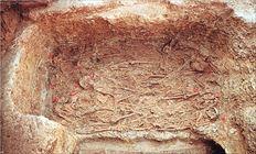 Ατάκτως ερριμμένοι μέσα σε λάκκο (διαμέτρου 6,5 μ.) βρέθηκαν οι νεκροί από τον λοιμό- τυφοειδή πυρετόστο τέλος του 5ου αι. π.Χ. στην Αθήνα. Μόνο δύο ανάλογες περιπτώσεις ομαδικών ταφών εν αταξία έχουν βρεθεί  που όμως αφορούν μη κανονικές ομάδες πληθυσμού: στην Πύδνα και εικάζεται πως επρόκειτο για δούλους (4ος  αι. π.Χ.) Και η ταφή των ηττημένων Περσών στη μάχη του Μαραθώνα