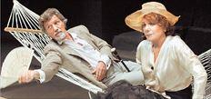 Η Μπέτυ Αρβανίτη με τον Γιάννη Φέρτη στην παράσταση «Βυσσινόκηπος», στο Θέατρο Οδού Κεφαλληνίας