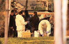 Άντρες της Αντιτρομοκρατικής εξετάζουν τα ευρήματα από τον τόπο της τραγωδίας