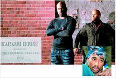 Ο Τζόναθαν Τζάκσον (αριστερά) υποδύεται τον Τουπάκ  Σακούρ (ένθετη  φωτογραφία) στη θεατρική παράσταση  «Εclipse». Εδώ µε τον σκηνοθέτη  Τόνι Σάιας