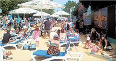Η «ελληνική   παραλία»  απλώθηκε  σε έναν  χώρο  2.000 τ.μ.  στις  όχθες  του Τάμεση