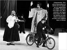 Ο Δικαιόπολις - Σταµάτης Κραουνάκης σε  σκηνή από την πρεµιέρα της  παράστασης  του ΚΘΒΕ «Αχαρνής»  στην έδρα τους, Θεσσαλονίκη, που έφερε   πολύ κόσµο στο Θέατρο Δάσους και προκάλεσε κυκλοφοριακό χάος στην  ανάβαση  προς το θέατρο