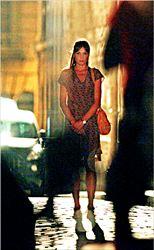 ¬ Η Κάρλα Μπρούνι  δέχεται  τις σκηνοθετικές οδηγίες  του Γούντι Αλεν στα  γυρίσµατα της ταινίας του  αµερικανού σκηνοθέτη στο  Παρίσι. Στους χώρους των  γυρισµάτων βρέθηκε και ο  Νικολά Σαρκοζί, ο οποίος  δεν παρέλειψε σε ένα  διάλειµµα να πει δυο λόγια  µε τη σύζυγό του