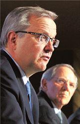 ▅Ολι Ρεν (μπροστά) και Βόλφγκανγκ Σόιμπλε. Και ο επίτροπος   Οικονομικών Υποθέσεων και ο γερμανός υπουργός Οικονομικών  επαινούν την  Ελλάδα για την προσπάθειά της να μειώσει τα ελλείμματα