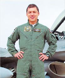 ▅Ιωσήφ Αναστασάκης. Το αλεξίπτωτό του  βρέθηκε σκισμένο- με πολλές τρύπεςστον θόλο του, ενώ υπήρχε σε ένα σημείο  και καπνιά, προφανώς, όπως λένε, από την  έκρηξη που ακολούθησε τη σύγκρουση με  το μονοθέσιο F-16