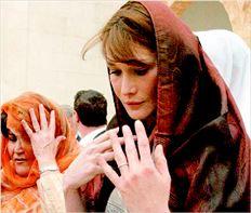 ¬ Η[-691 Κάρλα Μπρούνι  στο τέµενος Ζιτούνα στην Τυνησία (φωτό αρχείου). Ενδεχοµένως ούτε το κάλυµµα στο κεφάλι και η ταπεινή έκφραση του προσώπου δεν  θα µπορούσε να την απαλλάξει από τις επιθέσεις του ιρανικού Τύπου