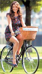 Πριν από  2 μήνες   η κ. Μαρία  Γιακουμάκη  νοίκιασε ένα  ποδήλατο από  τον Δήμο Ν.  Ερυθραίας και  από τότε  απολαμβάνει  πεταλιές στους  ποδηλατόδρομους της  πόλης