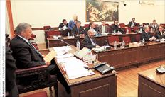 ▅Ο πρόεδρος της Εξεταστικής Επιτροπής Σήφης Βαλυράκης (αριστερά) από  συνεδρίαση της Επιτροπής