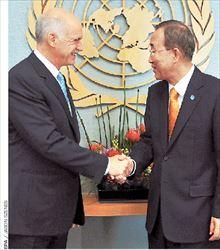 Ο Γιώργος Παπανδρέου χαιρετά εγκάρδια τον γενικό  γραμματέα του ΟΗΕ Μπαν Κι Μουν, στη συνάντηση που  είχαν χθες στη Νέα Υόρκη. Σήμερα ο Πρωθυπουργός θα  μιλήσει στον ΟΗΕ, στη Σύνοδο για τη Χιλιετία, ενώ το απόγευμα θα προεδρεύσει σε συνεδρίαση του προεδρείου  της Σοσιαλιστικής Διεθνούς. Αύριο, θα μεταβεί για μία ημέρα στην Ουάσιγκτον, όπου θα συναντηθεί με τον αμερικανό αντιπρόεδρο Τζο Μπάιντεν και με γερουσιαστές  των Επιτροπών Οικονομικών και Εξωτερικών Σχέσεων