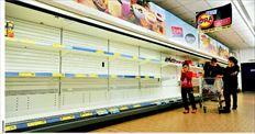 Αδεια ράφια   Εµφανείς είναι  πλέον οι ελλείψεις  στα καταστήµατα  της Βόρειας  Ελλάδας και άλλων  περιοχών.  Η φωτογραφία από  σούπερ µάρκετ στη  Θεσσαλονίκη.  Ελλείψεις υπάρχουν  κυρίως σε φρέσκο  γάλα, κρέατα,  λαχανικά, φρούτα  και κατεψυγµένα  προϊόντα, ενώ,  όπως επισηµαίνουν  παράγοντες της  αγοράς, αν  συνεχιστεί και την  επόµενη εβδοµάδα  η απεργία πολλά  υποκαταστήµατα  αλυσίδων σούπερ  µάρκετ θα  αρχίσουν να  κλείνουν το ένα  µετά το άλλο