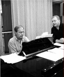 Μανώλης Μητσιάς  και Γιάννης Βακαρέλης,  40 + 40 χρόνια καριέρας  ο καθείς στο είδος του,  δύο παράλληλες πορείες που τέµνονται σ' ένα  απρόσµενο πρόγραµµα  µε πιάνο και φωνή