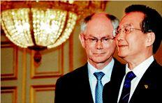 O πρόεδρος της Ευρωπαϊκής Ενωσης Βαν Ρόµπαϊ µε τον κινέζο πρωθυπουργό Γουέν Τζιαµπάο. Ευρωπαϊκές χώρες που βρίσκονται σε δύσκολη οικονοµική κατάσταση ποντάρουν σε – αντίστοιχες µε της Ελλάδας – κινεζικές υποσχέσεις για τα οµόλογά τους