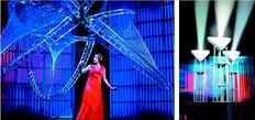 Η µέτζο  σοπράνο  Πατρίτσια  Ράισλι στον  ρόλο της Εβι,  συζύγου του  εφευρέτη  των ροµπότ  στην όπερα  «Death and  the Ρowers».  Δεξιά, τρία  από τα εννιά  ροµπότ της  παράστασης