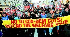 Διαδηλωτής έξω από τη  Βουλή των Κοινοτήτων  διαµαρτύρεται ζητώντας  να «µην κόψετε στον  προϋπολογισµό από  τους φτωχότερους». Ο  περιορισµός του κοινωνικού κράτους θα επηρεάσει ιδιαίτερα τα  νοικοκυριά µε χαµηλά εισοδήµατα