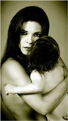 Μπορεί η υπερβολική αγάπη να µετατρέψει µια µητέρα σε δολοφόνο; Απαντήσεις δίνει η Σίρλεϊ Τζόουνς µέσα από την αληθινή  της ιστορία που ξεδιπλώνεται σπί σκηνής διά  στόµατος Μαρίνας Ασλάνογλου, στον µονόλογο «Τζόρνταν». Τη στιγµή που εκείνη ετοιµάζεται για την εκδίκαση της υπόθεσης της  δολοφονίας του παιδιού της