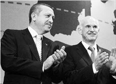 ¬ Αναφορά στη νέαελληνοτουρκική προσέγγιση και την επίσκεψη Ερντογάν στην Αθήνα και τις  συµφωνίες που υπεγράφησαν κάνει η εκθεση της Κοµισιόν. Στη φωτογραφία, Παπανδρέου - Ερντογάν µετά την υπογραφή κοινής διακήρυξης για την «Πρωτοβουλία για την κλιµατική  αλλαγή στη Μεσόγειο»