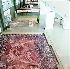 «Η Αφροδίτη αποσανδαλί- ζουσα»  επιγράφεται το  αγαλµατίδιο (βρέθηκε σε  τάφο  της Πέλλας του  4ου  αιώνα  π.Χ.). «Η  Αφροδίτη  ήταν κατ'  εξοχήν  θεά των νεκρών» διευκρινίζει η επίτιµος έφορος  της ΙΖ΄Εφορείας Κλασικών Αρχαιοτήτων της περιοχής και επί 30  χρόνια εκ των ανασκαφέων της Μαρία  Ακαµάτη. Αγαλµατίδια της θεάς Αφροδίτης βρέθηκαν κατά  δεκάδες σε τάφους  γυναικών και ανδρών όλων των εποχών στην Πέλλα