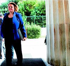 Η υπουργός Εργασίας  προσέρχεται σε κυβερνητική σύσκεψη στη Βουλή  το περασµένο Σάββατο. Η τρόικα ζήτησε χθες από την Λ. Κατσέλη την εφαρµογή  του Μνηµονίου χωρίς επιπλέον όρους