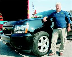 Ο Αντώνης Χάλαρης έχει ένα αυτοκίνητο 5.700 κυβικών µε το οποίο διανύει περίπου 200 χλµ. καθηµερινά. Πρόσφατα οδήγησε 1.400 χλµ. στη Βόρεια Ελλάδα και έκαψε υγραέριο αξίας 160 ευρώ