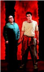 Ο Σταµάτης Φασουλής και ο  Οδυσσέας Παπασπηλιόπουλος στο «Κόκκινο» του Τζον  Λόγκαν
