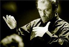 «Ενας µαέστρος οφείλει  να είναι και δαίµονας και  άγγελος, ανάλογα µε  το τι του ζητάει  η µουσική», πιστεύει  ο διάσηµος µαέστρος  Βαλέρι Γκεργκίεφ, που  εµφανίζεται απόψε  και αύριο στο Μέγαρο  Μουσικής Αθηνών