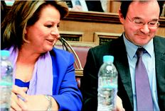 Με ιδιαίτερα σκληρή γλώσσα µίλησαν οι βουλευτές του ΠΑΣΟΚ κατά  του Γιώργου Παπακωνσταντίνου –  κυρίως – και της Λούκας Κατσέλη,  κατά τη διάρκεια της ενηµέρωσής  τους από τους δύο υπουργούς για το  πολυνοµοσχέδιο. Στη φωτογραφία,  οι δύο υπουργοί ενηµερώνουν για το  ίδιο θέµα την Επιτροπή Οικονοµικών  Υποθέσεων της Βουλής