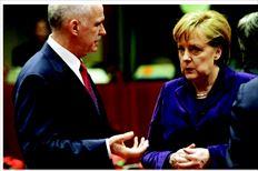 «Ισχυρές  αποφάσεις»   Συνοµιλία εξίµισι λεπτών  είχε ο Γιώργος Παπανδρέου  µε την Ανγκελα Μέρκελ  (φωτογραφία). Στη διάρκειά της οι δύο ηγέτες συµφώνησαν ότι οι αποτιµήσεις  των οίκων αξιολόγησης  συχνά δεν αποτυπώνουν  την πραγµατική εικόνας της  οικονοµίας µιας χώρας  (σ.σ.: είχε µόλις προηγηθεί  η ανακοίνωση του οίκου  Moody's). Η κ. Μέρκελ  συµφώνησε µε τον κ.  Παπανδρέου ότι πρέπει να  δοθεί από τη Σύνοδο ένα  µήνυµα για λήψη ισχυρών  αποφάσεων