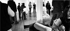 «Οι Κάννες βρίσκονται στη Γαλλία και ποτέ  δεν θυµόµαστε να έχασαν οι σταρ τον δρόµο τους και να βρέθηκαν σε σχετικά ελληνικά φεστιβάλ», σχολιάζει ο συγγραφέας για τις  εκκεντρικές εµφανίσεις καλλιτεχνών και καλεσµένων στις γκαλερί