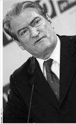 Σαλί Μπερίσα. Ο αλβανός πρωθυπουργός κατηγορείται από τη  σερβική εισαγγελία, η οποία εξετάζει τα εγκλήµατα πολέµου, ότι  υπήρξε επικεφαλής δικτύου λαθρεµπορίας που προµήθευε µε όπλα  τον UCK κατά τον πόλεµο στο Κόσοβο
